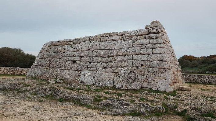 Aparece con 81 pintadas el monumento prehistórico de Sa Naveta des Tudons
