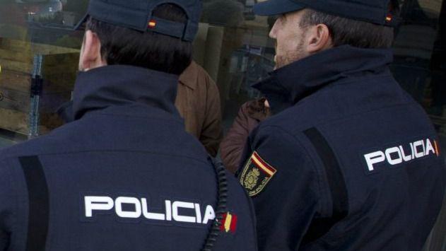 La Policía Nacional evita que una joven se precipite desde la azotea de un bloque de pisos en Palma