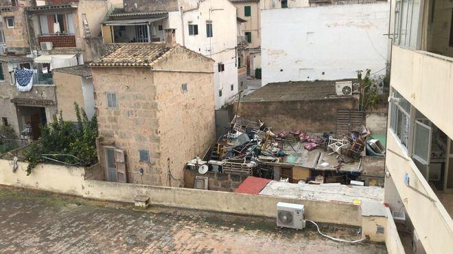 Los residuos y la suciedad se acumulan en el patio de una finca ocupada de S'Arenal