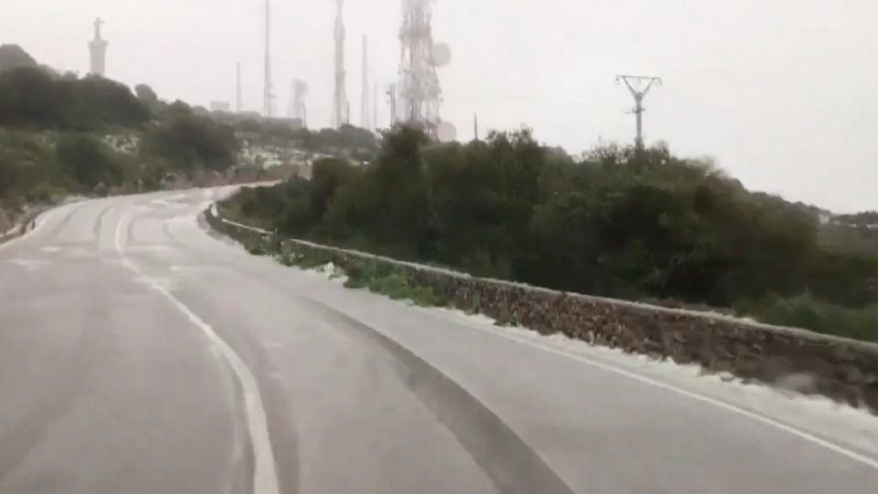 Una pequeña nevada en Monte Toro y cerrado el puerto de Ciutadella