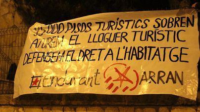 Endavant y Arran cuelgan un pancarta en Urbanismo contra el alquiler turístico