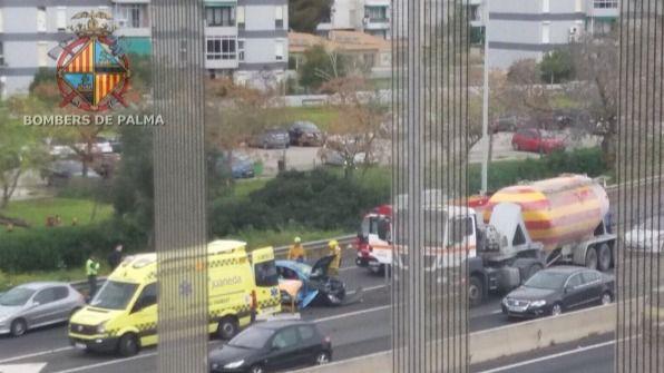 Un camión y dos vehículos, implicados en un accidente en la Vía de Cintura de Palma