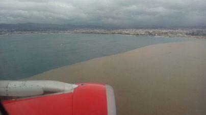 Imagen de la bahía teñida de marrón por el vertido de aguas no tratadas ni depuradas