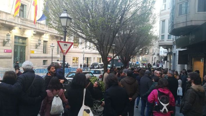 Concentración a favor de Puigdemont ante Delegación de Gobierno