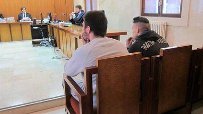 Dos jóvenes aceptan cinco años de cárcel por apuñalar en el pecho a otro