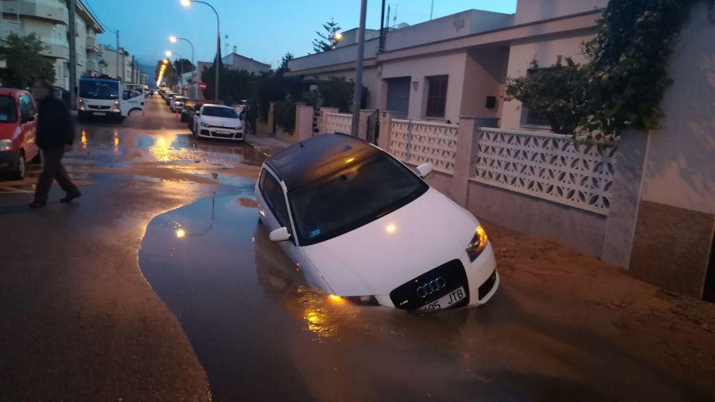 Una fuga de agua en Son Ferriol provoca el hundimiento de una calle y deja sin agua varios barrios