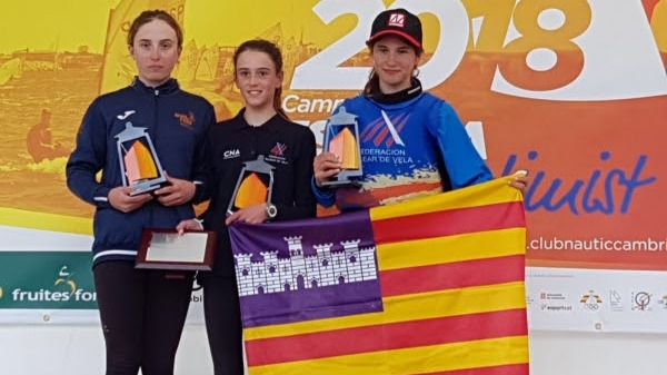 María Perelló con sus compañeras durante la entrega de trofeos