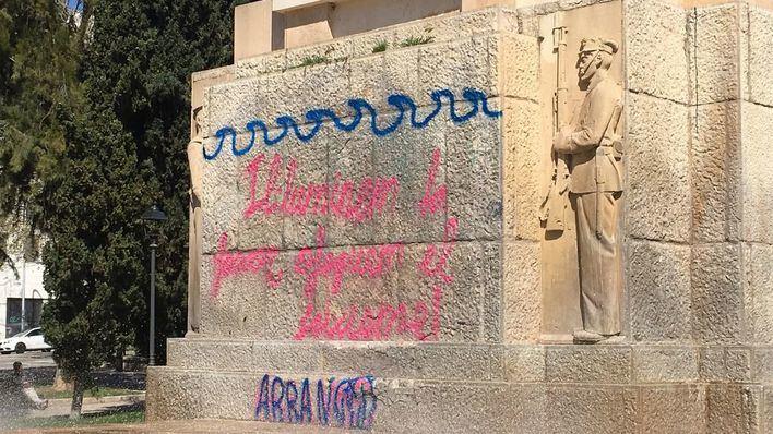 """Nuevo acto vandálico de Arran: pintan Sa Feixina para """"ahogar el fascismo"""" y exigen su demolición"""