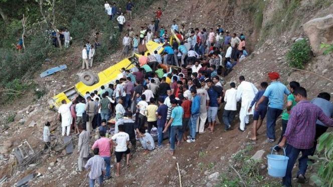 27 niños mueren al despeñarse un autobús escolar en la India