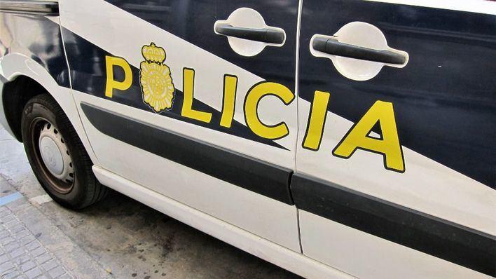 Detienen a dos personas por robar a una pareja de turistas con un cuchilo