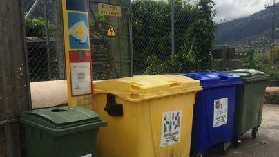 """Contenedores de basura """"ocupan"""" la parada de bus de Biniaraix"""
