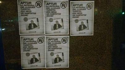 Llenan de carteles la sede de Habtur a quien acusan de impedir 'el acceso a la vivienda a las clases populares'