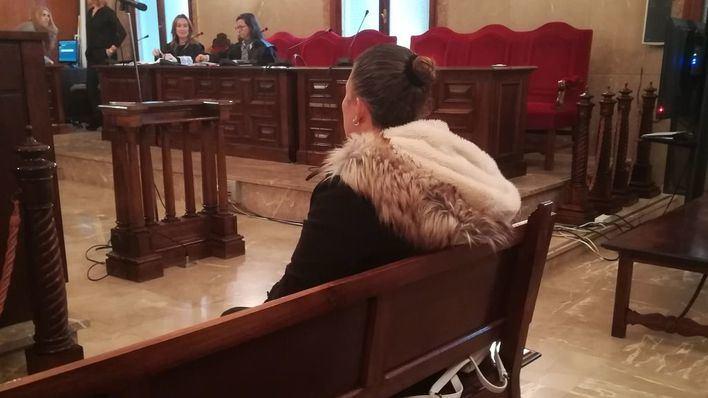 La fiscalía pide cárcel para la madre acusada de prostituir a su hija, y cree que ésta mintió para protegerla