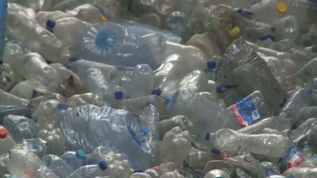 Diseñan una enzima para descomponer el plástico más contaminante