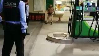Un hombre amenaza a la policía con un cuchillo y una motosierra