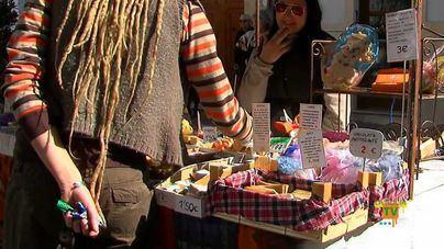 Imagen de un puesto del mercado artesanal de Plaza Mayor