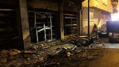 Un gran incendio en Palma quema cinco contenedores, seis coches y son desalojados 80 vecinos
