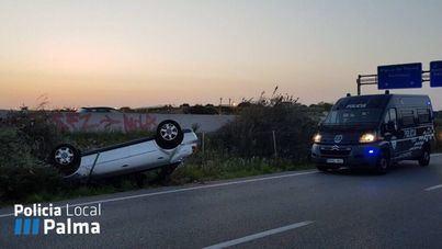 Un conductor bebido saca su vehículo de la autopista y lo vuelca a la altura de Can Pastilla