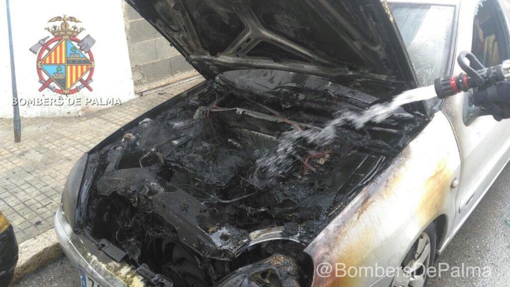 Un turismo arde en la calle Son Nadal de Palma