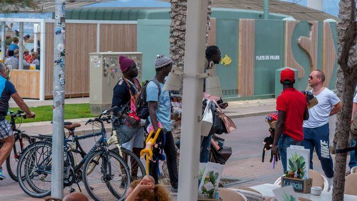 Vendedores ambulantes ilegales hacen su agosto en Playa de Palma a la espera de la nueva ordenanza