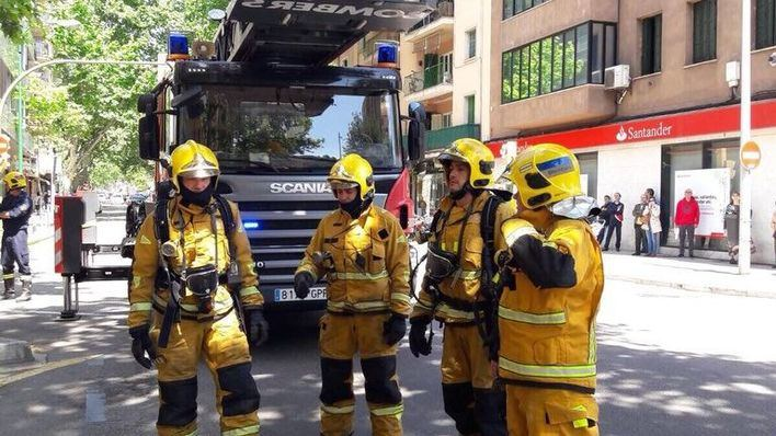 Los Bomberos rescatan a un gato de un incendio en Palma