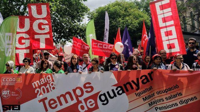 Manifestación pasada por agua en Palma por el Día del Trabajador, encabezada por mujeres