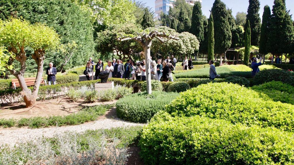 Personas visitan los jardines de marivent en su for Jardines de marivent