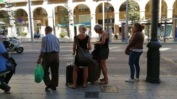Turistas esperando para acceder a su apartamento