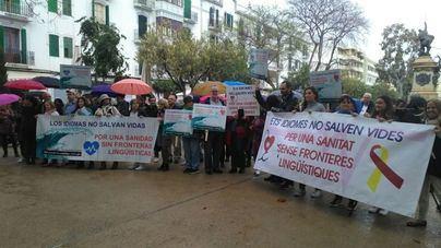 Unas 60 personas acuden a la protesta de en contra del 'decretazo' del catalán