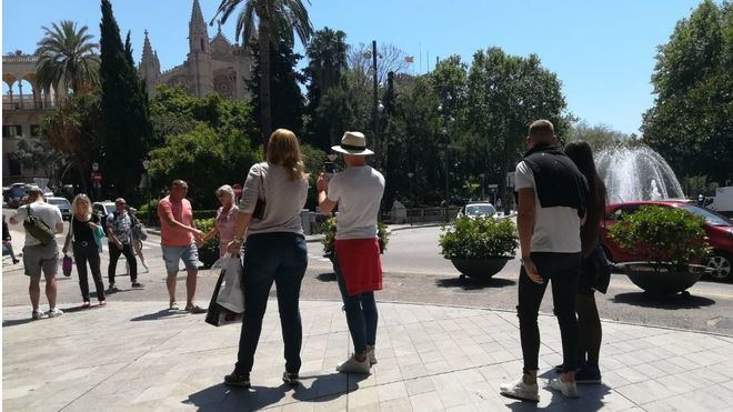 """El Govern reparte folletos a los turistas para explicar la ecotasa: """"el valor de ser sostenibles"""""""