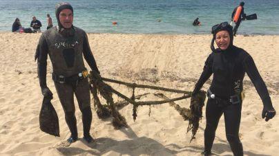 Retiran 650 kilos de basura del fondo marino de la Playa de Can Pere Antoni
