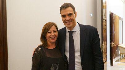 Francina Armengol acude al Congreso y felicita a Pedro Sánchez en persona