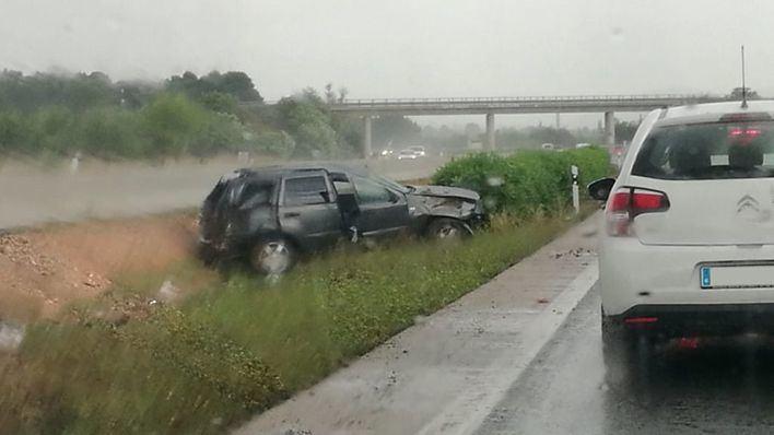 Un herido y retenciones en la autovía en dirección a Alcúdia por la lluvia y un accidente