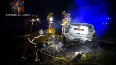 Se incendia un vehículo tras impactar con una pared en el camí vell de S'Aranjassa