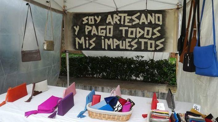 Los 21 artesanos de La Seu, a punto de desaparecer por la avalancha de hasta 200 puestos ilegales