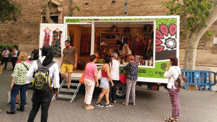 Cáritas Mallorca estrena tienda itinerante abordo de un camión