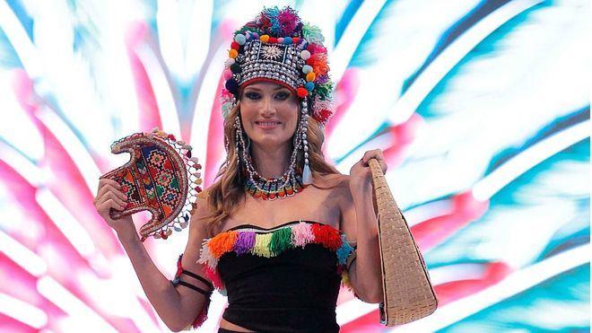 Los diseños étnicos y coloridos abren la pasarela de Moda Adlib