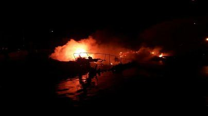 Tres embarcaciones arden y quedan totalmente destruidas en el Puerto de Pollença