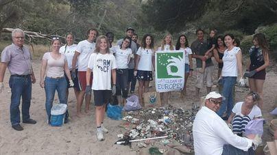 Recogen 22 kilos de basura de la playa de Portals Vells