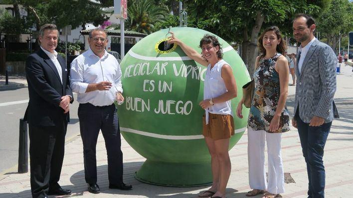 Calvià llena la localidad de contenedores en forma de pelota de tenis