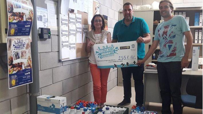 Niños de Andratx entregan 230 litros de leche a SOS Mamás