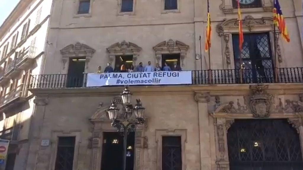 El Ayuntamiento de Palma cuelga en la fachada de Cort una pancarta para acoger refugiados