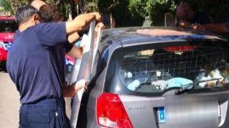 Un bebé se queda encerrado en un coche y los bomberos lo rescatan