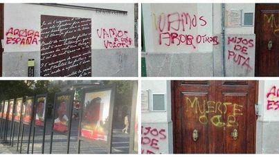 Palma acoge una concentración en protesta por los 'ataques' con pintura a la obra 'Presos políticos'