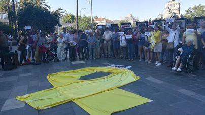Unas 70 personas rechazan el 'ataque' con pintura a la obra de Santiago Serra 'Presos políticos'