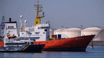 La flota del Aquarius atraca al completo en el puerto de Valencia con 630 personas a bordo