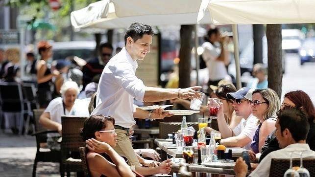 Patronal y sindicatos ultiman un acuerdo que incluya el salario mínimo de 1.000 euros en 14 pagas