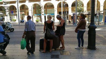 Turistas en busca de su piso de alquiler vacacional en Palma