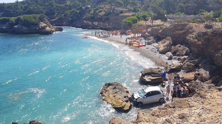 Una pareja resulta herida al caer con su coche desde el aparcamiento de s'Illot, una playa de Alcúdia