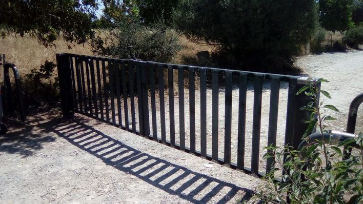 El Ayuntamiento cierra el acceso a Cala Varques colocando una barrera